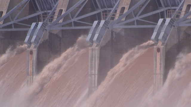 establishing shot of heavy water outflow at the keystone dam due to recent flooding in dardanelle arkansas - environment or natural disaster or climate change or earthquake or hurricane or extreme weather or oil spill or volcano or tornado or flooding stock-videos und b-roll-filmmaterial