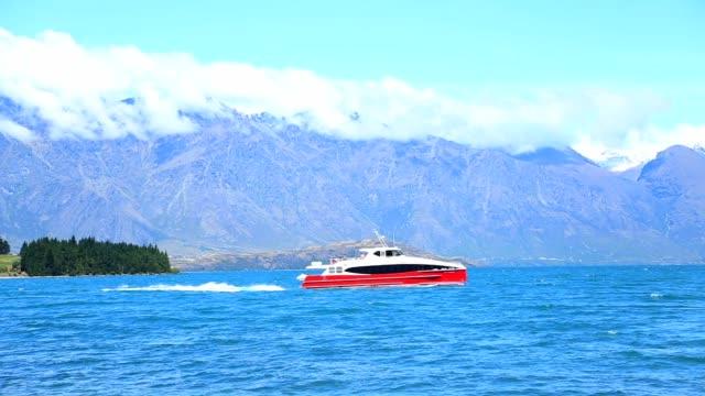 vidéos et rushes de tournage du lac wakatipu à queenstown - voilier à moteur