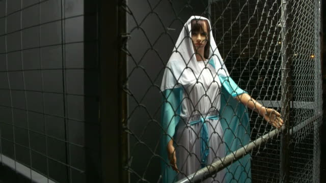vídeos de stock e filmes b-roll de establishing shot of mary in a cage in the border separation nativity scene in claremont united methodist church in california. - jaula