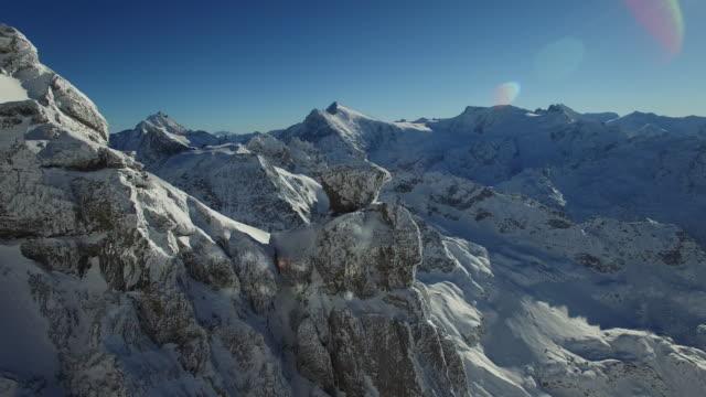 establishing shot of mountain peaks in winter landscape with beautiful weather - mountain range点の映像素材/bロール