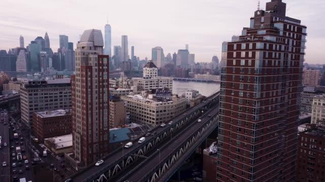 establishing shot of new york city's manhattan bridge - manhattan bildbanksvideor och videomaterial från bakom kulisserna