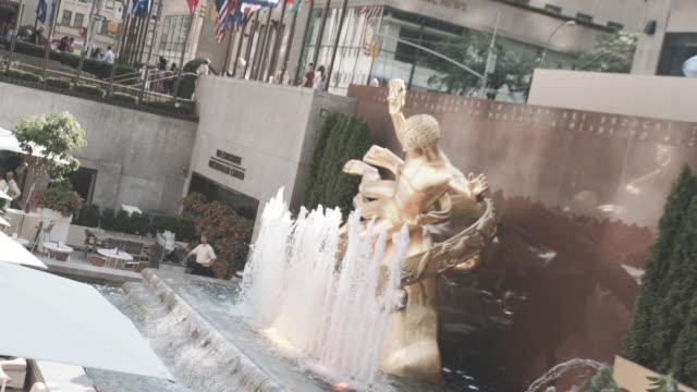 establishing shot of new york city's rockefeller center - ロックフェラーセンター点の映像素材/bロール