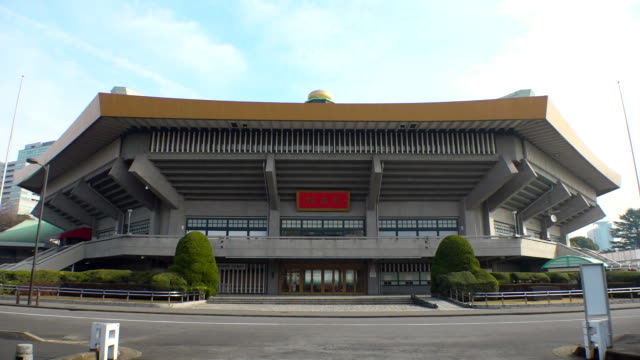 establishing shot of nippon budokan, a venue for judo and karate, during the 2020 tokyo olympics. - sport点の映像素材/bロール