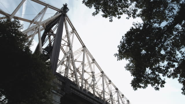 establishing shot of nyc's ed koch queensboro bridge on a warm summer afternoon - cantilever stock videos & royalty-free footage
