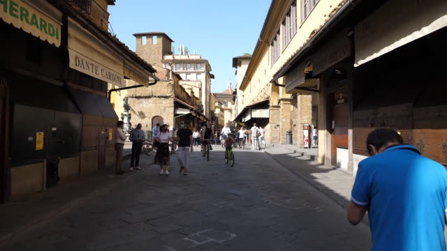 establishing shot of people wearing masks and socializing in florence italy during the coronavirus pandemic - (war or terrorism or election or government or illness or news event or speech or politics or politician or conflict or military or extreme weather or business or economy) and not usa video stock e b–roll