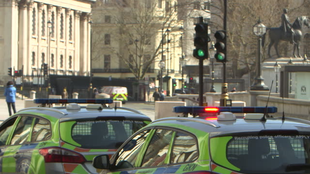 establishing shot of police cars in london during the covid-19 pandemic. - crime or recreational drug or prison or legal trial stock videos & royalty-free footage