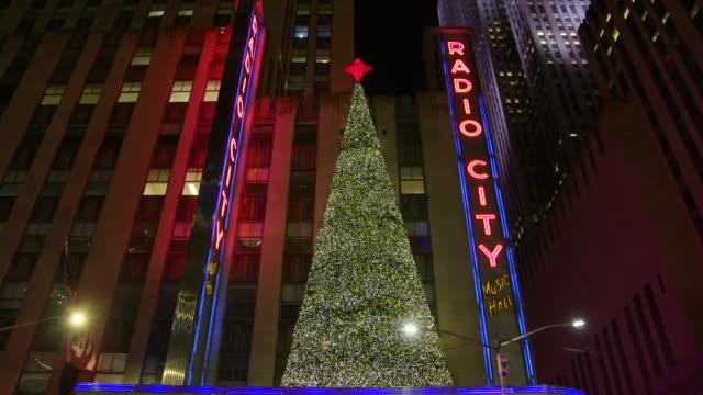 establishing shot of radio city music hall holiday tree exterior. - radio city music hall stock videos & royalty-free footage