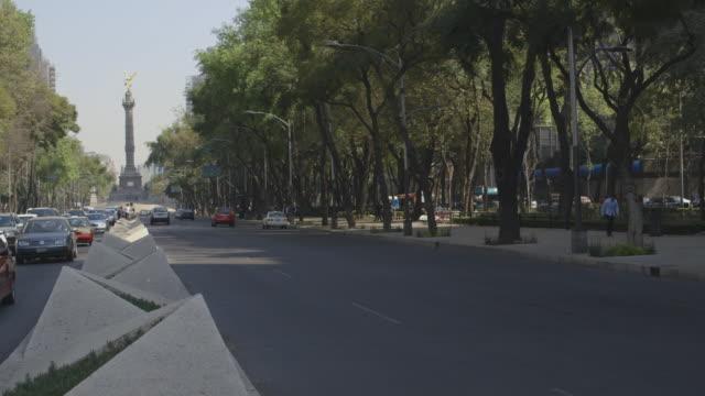 vídeos de stock, filmes e b-roll de establishing shot of reforma avenue - monumento da independência paseo de la reforma