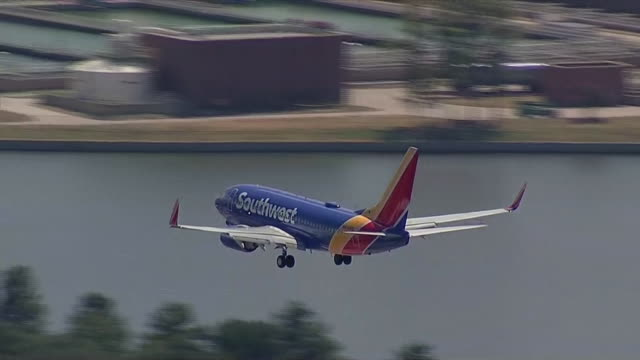 vídeos y material grabado en eventos de stock de establishing shot of southwest airplane landing in dallas, texas. - music or celebrities or fashion or film industry or film premiere or youth culture or novelty item or vacations