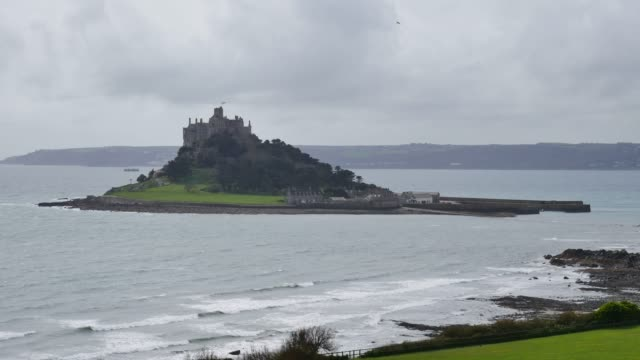 vídeos de stock, filmes e b-roll de establishing shot of st micheal's mount from marazion cornwall england uk - cultura inglesa