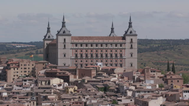 vídeos y material grabado en eventos de stock de establishing shot of the alcazar of toledo during the coronavirus pandemic in toledo, spain. - (war or terrorism or election or government or illness or news event or speech or politics or politician or conflict or military or extreme weather or business or economy) and not usa