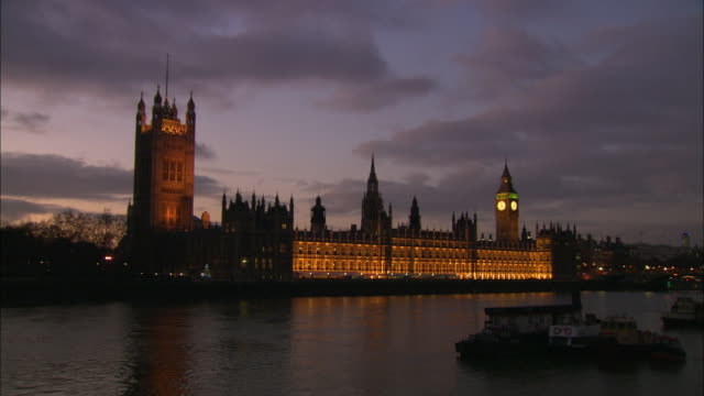 establishing shot of the british parliament and big ben at sunset along the thames river. - music or celebrities or fashion or film industry or film premiere or youth culture or novelty item or vacations stock videos & royalty-free footage