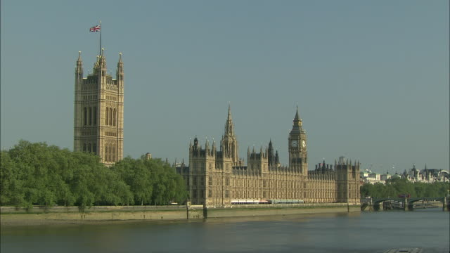 establishing shot of the british parliament and big ben from across the thames river. - music or celebrities or fashion or film industry or film premiere or youth culture or novelty item or vacations stock videos & royalty-free footage