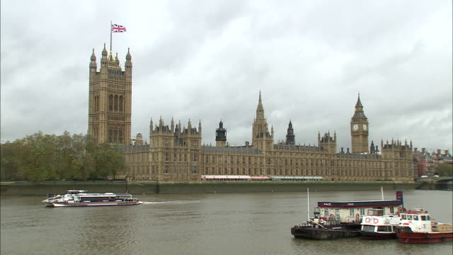 establishing shot of the british parliament building and big ben along the thames river in london, england. - music or celebrities or fashion or film industry or film premiere or youth culture or novelty item or vacations stock videos & royalty-free footage