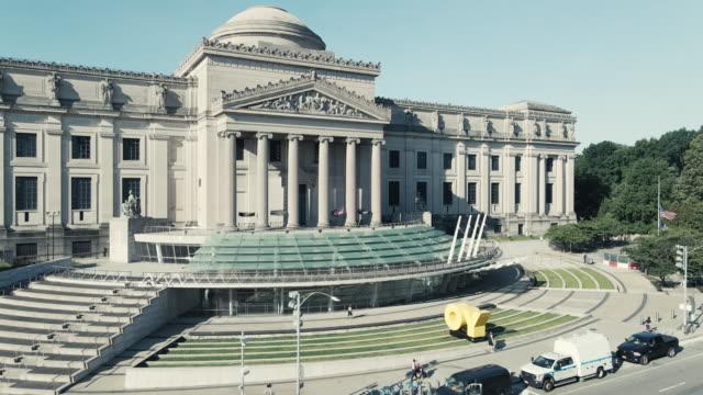 vidéos et rushes de establishing shot of the brooklyn museum - museum