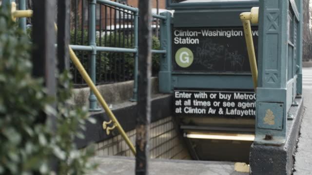 vídeos de stock, filmes e b-roll de establishing shot of the entrance to a new york city subway station - 4k - passagem subterrânea via pública