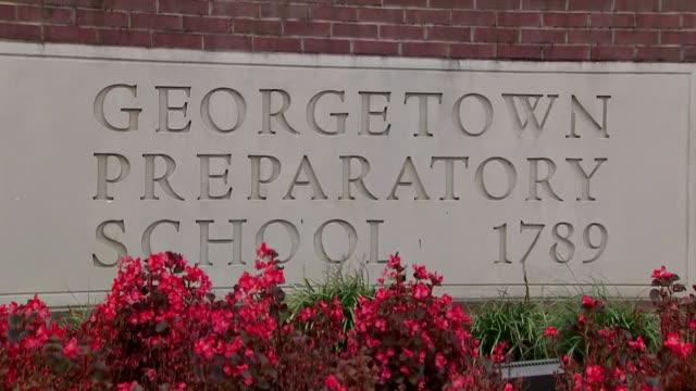 establishing shot of the georgetown preparatory school entrance sign in north bethesda, maryland on september 26, 2018. - ベセスダ点の映像素材/bロール