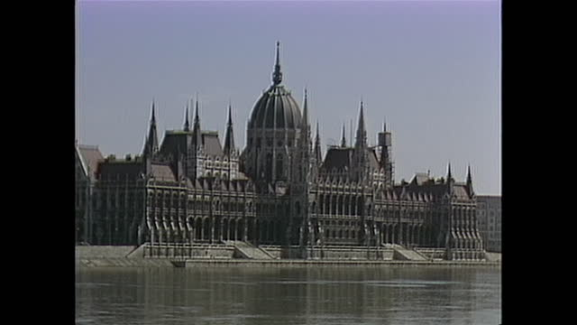establishing shot of the hungrian parliament building in budapest hungary in the 1980s - river danube stock videos & royalty-free footage