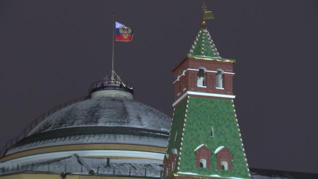 establishing shot of the kremlin in moscow pan to the russian federation flag. - ryssland bildbanksvideor och videomaterial från bakom kulisserna