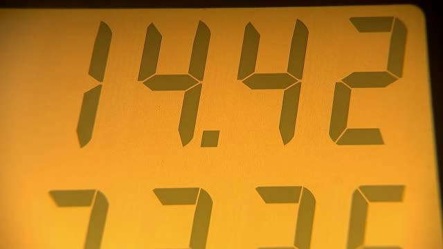 vídeos de stock e filmes b-roll de establishing shot of the price display on a pump at a gas station on april 16, 2019. - gas station