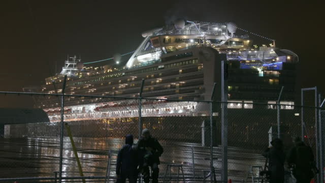 establishing shot of the quarantined diamond princess cruise ship docked in yokohama japan during the coronavirus outbreak. - healthcare and medicine or illness or food and drink or fitness or exercise or wellbeing点の映像素材/bロール