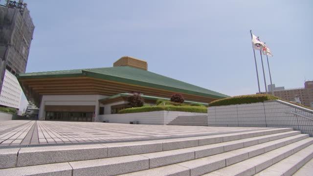 establishing shot of the ryogoku kokugikan sumo wrestling hall. sumo wrestling venue for the tokyo 2020 olympics. - sport点の映像素材/bロール