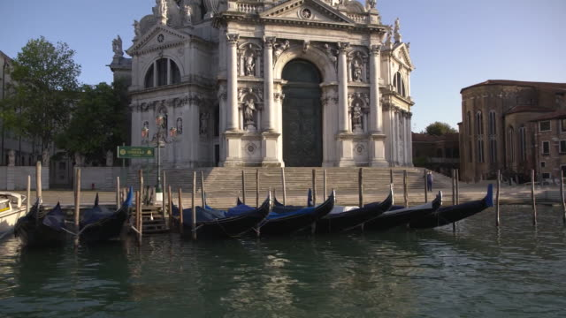 establishing shot of the santa maria della salute on the grand canal in venice italy during the coronavirus pandemic - healthcare and medicine or illness or food and drink or fitness or exercise or wellbeing video stock e b–roll