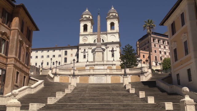 establishing shot of the spanish steps empty in rome italy during the coronavirus pandemic - healthcare and medicine or illness or food and drink or fitness or exercise or wellbeing video stock e b–roll