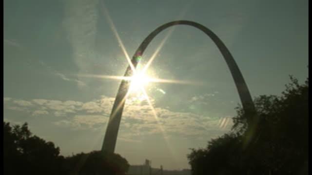establishing shot of the st. louis arch in st. louis, missouri. - jefferson national expansion memorial park bildbanksvideor och videomaterial från bakom kulisserna