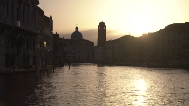 establishing shot of the sunset on the grand canal in venice italy during the coronavirus pandemic - healthcare and medicine or illness or food and drink or fitness or exercise or wellbeing video stock e b–roll
