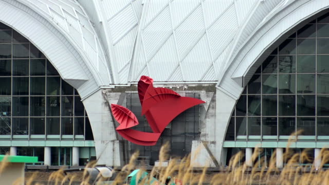 establishing shot of the tatsumi water polo center, a venue for the 2020 tokyo olympics - sport点の映像素材/bロール