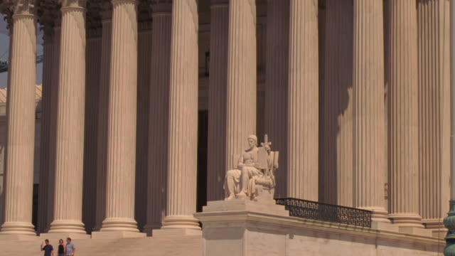 establishing shot of the us supreme court - oberstes bundesgericht der usa stock-videos und b-roll-filmmaterial