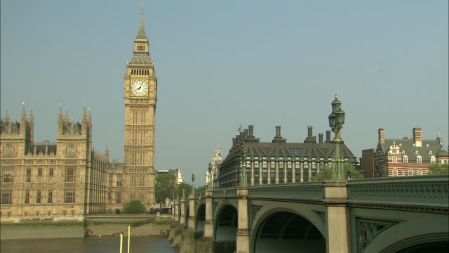 establishing shot of the westminster bridge zooming in to the british parliament and big ben. - music or celebrities or fashion or film industry or film premiere or youth culture or novelty item or vacations stock videos & royalty-free footage