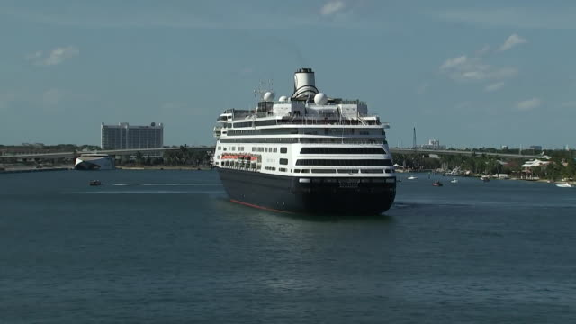 establishing shot of the zaandam rotterdam cruise ship arrival at port everglades florida amid the covid19 pandemic - music or celebrities or fashion or film industry or film premiere or youth culture or novelty item or vacations bildbanksvideor och videomaterial från bakom kulisserna