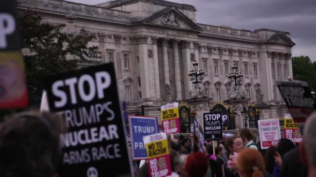 establishing shot of trump protesters outside of buckingham palace in london, england. - establishing shot stock videos & royalty-free footage