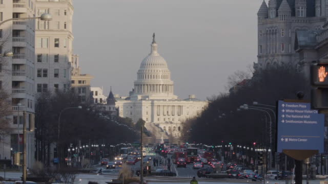establishing shot of us capitol building from downtown dc - bロール点の映像素材/bロール