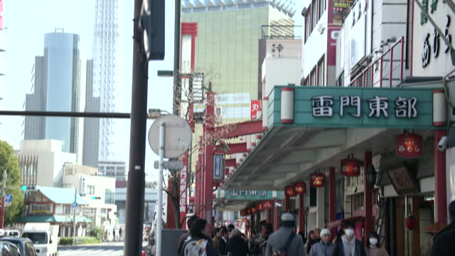 establishing shot of women wearing surgical face masks in tokyo, japan. - healthcare and medicine or illness or food and drink or fitness or exercise or wellbeing点の映像素材/bロール