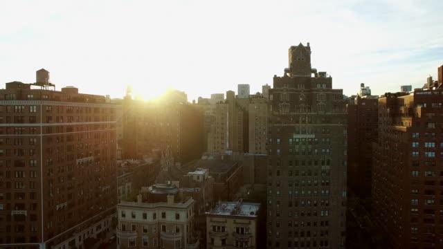 establishment shot of urban city skyline. metropolis cityscape view - 飛行機の視点点の映像素材/bロール