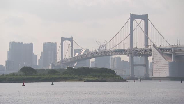 establsihing shot of the rainbow bridge in tokyo, japan. - tokyo bay stock videos & royalty-free footage