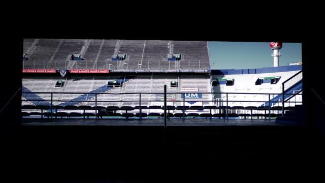 vídeos y material grabado en eventos de stock de estadio jose amalfitani soccer stadium, empty grandstand, bleachers, coca-cola advertisement on light pole, railing & stairs fg. - barra futbol