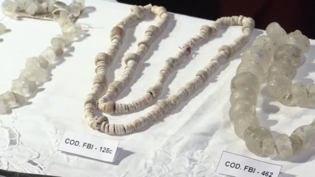 vídeos y material grabado en eventos de stock de estados unidos devolvio el miercoles a colombia 38 piezas precolombinas que fueron recuperadas por el fbi tras haber sido expoliadas durante décadas... - ee.uu