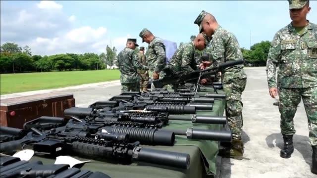 vídeos y material grabado en eventos de stock de estados unidos entrego el lunes a filipinas cientos de armas para combatir a los yihadistas que juraron lealtad al grupo estado islamico en marawi al... - ee.uu
