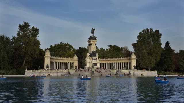 Estanque Grande y monumento a Alfonso XII lake and boats timelapse in retiro park in madrid