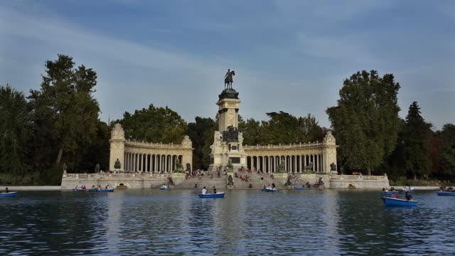 Estanque Grande y monumento a Alfonso XII lago y botes timelapse en el parque del retiro en madrid
