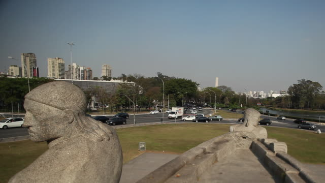 vídeos de stock, filmes e b-roll de ms estatua do empurra statue monument as bandeiras pan / sao paulo, brazil - a caminho
