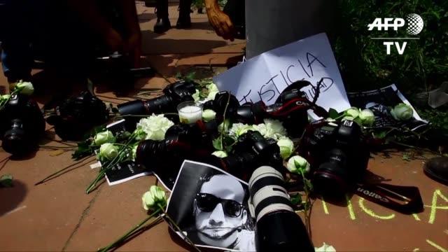 este domingo en mexico pedian justicia en por el asesinato del fotoperiodista ruben espinosa y cuatro mujeres entre ellas una colombiana - violence stock videos & royalty-free footage