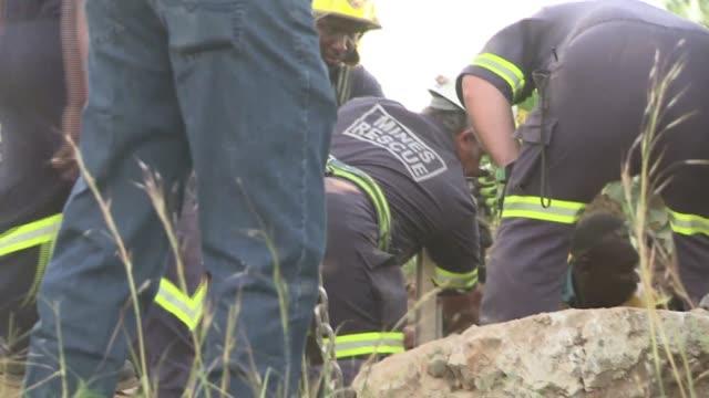 vídeos y material grabado en eventos de stock de este domingo once personas fueron rescatadas de una mina de oro ilegal en sudafrica voiced rescatan mineros atrapados en sudafrica on february 16... - domingo