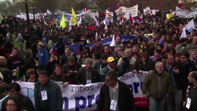 este miercoles un millar de profesores y estudiantes se manifestaron en santiago en el marco de una huelga indefinida de educadores que rechazan un... - congreso stock videos and b-roll footage