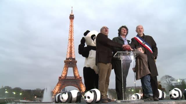 este sabado durante una hora las principales ciudades del mundo apagaron sus monumentos mas emblematicos, en una iniciativa contra el cambio... - planeta stock videos & royalty-free footage