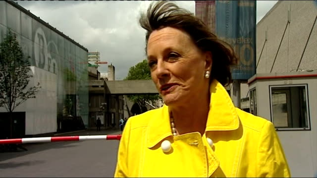esther rantzen considers standing for parliament luton town hall building people along high street man taking oranges out of box in front of... - lebensmittelhändler stock-videos und b-roll-filmmaterial